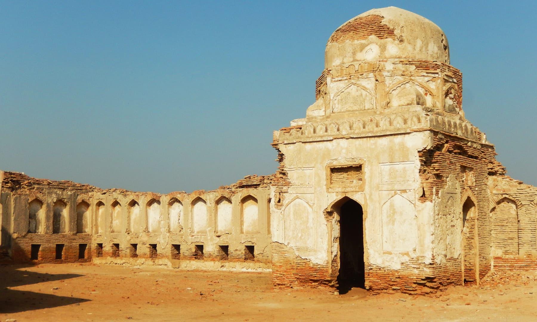 شمالی مسجد میں داخل ہونے کا گنبدی دروازہ—تصویر ابوبکر شیخ