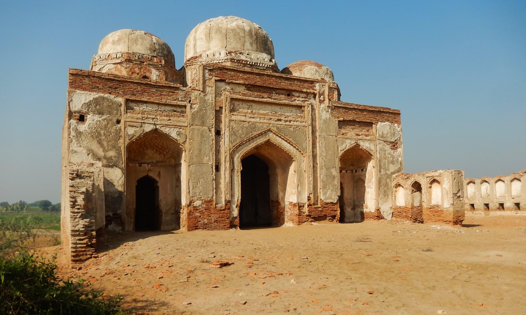 آثار قدیمہ کے شمال میں واقع مسجد اور مدرسہ—تصویر ابوبکر شیخ