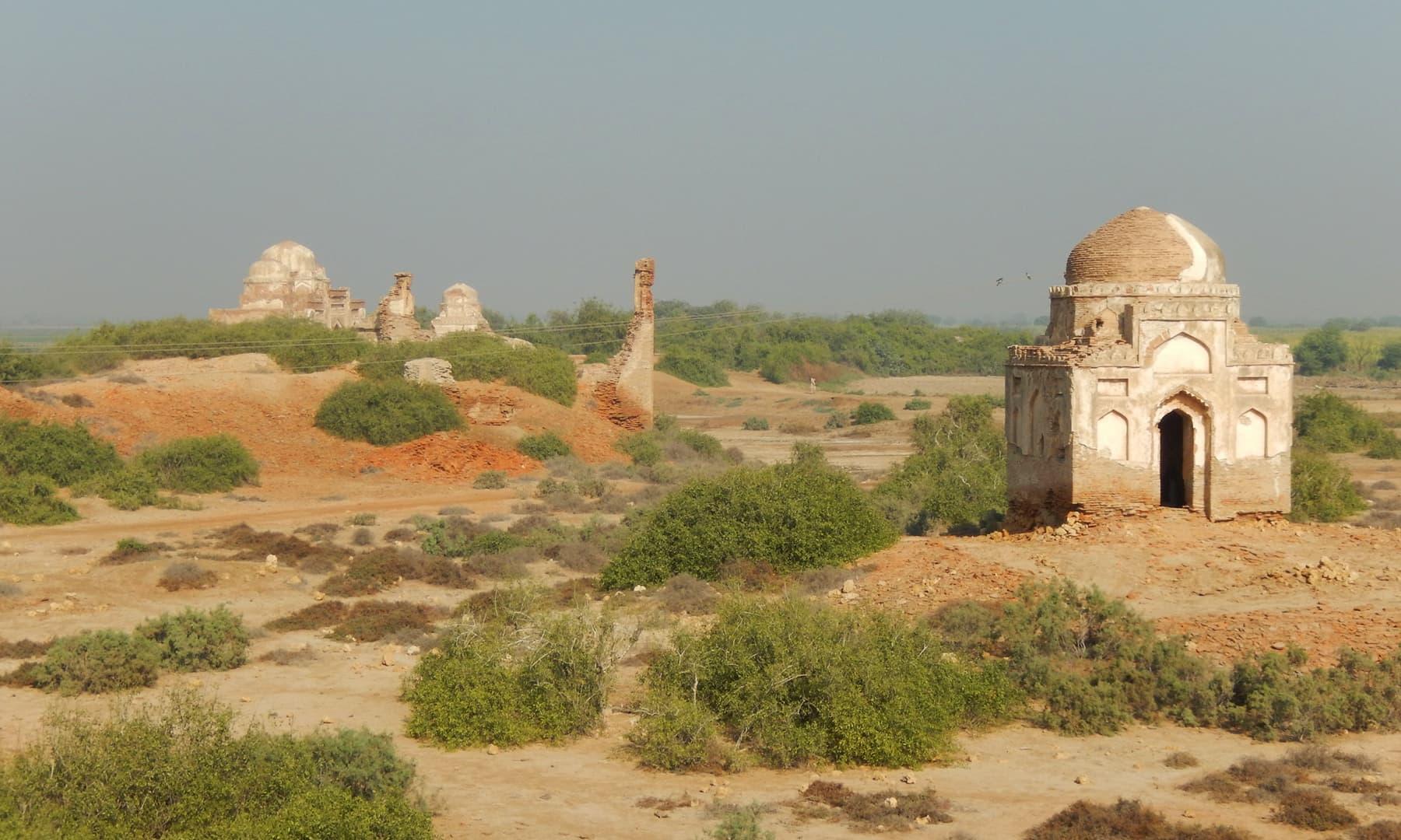 ٹنڈو فضل میں بکھرے آثار قدیمہ —تصویر ابوبکر شیخ