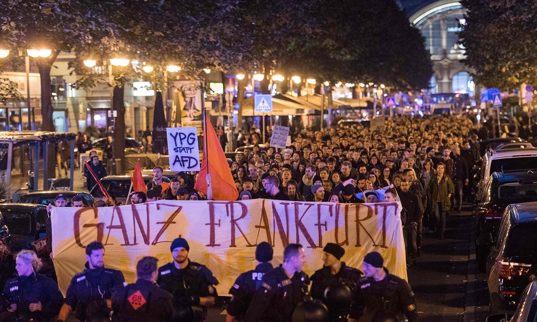جرمنی کے انتخابات میں 13 فیصد نشستیں حاصل کرنے والی اسلام اور مہاجرین مخالف جماعت الٹرنیٹو فار جرمنی (اے ایف ڈی) کے خلاف احتجاج کیا گیا—فوٹو:اے ایف پی