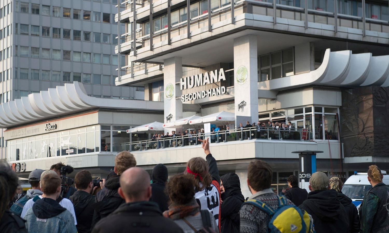مظاہرین نے اے ایف ڈی کے کارکنوں کی جانب سے جشن منانے والے گھر کے سامنے احتجاج کیا—فوٹو: اے پی