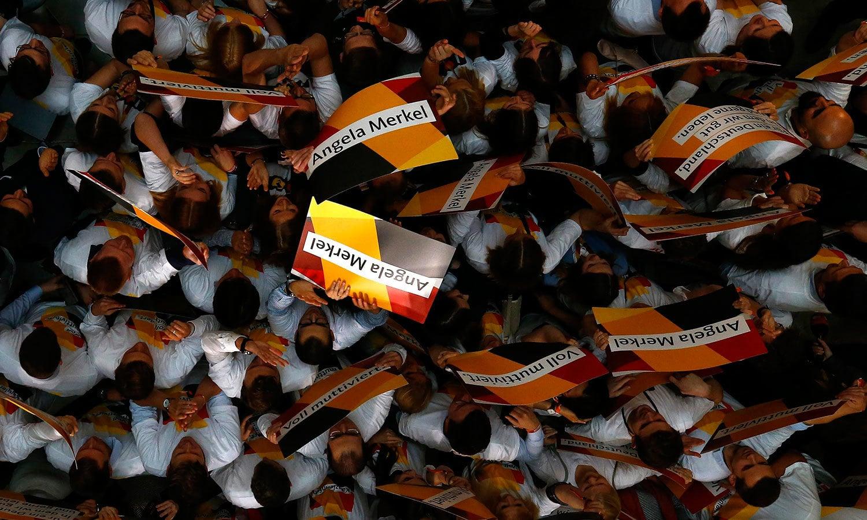 اینجیلا مرکل کی جماعت کے کارکنوں نے بھی جیت پر خوشیاں منائیں—فوٹو: اے پی