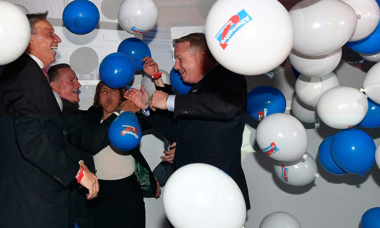 اے ایف ڈی کے کارکنان اور رہنماوں نے پہلی مرتبہ بڑی کامیابی پر جشن منایا—فوٹو:اے پی