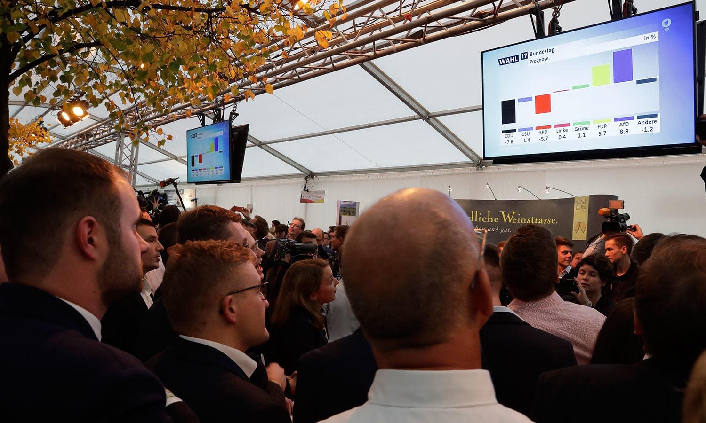 جرمنی میں انتخابی نتائج کے لیے مخلتف جگہوں پر بڑی اسکرینیں نصب کی گئی تھیں—فوٹو: اے پی