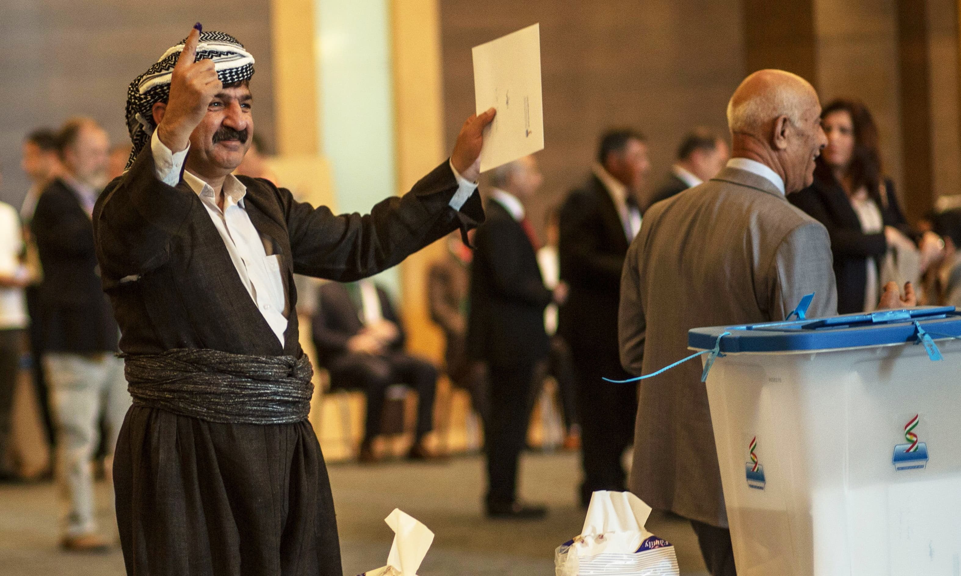 An officials of Kurdistan Regional Government (KRG) shows his ink-stained finger after casting his vote in the Kurdish independence referendum at a hotel in Arbil on September 25, 2017.  Iraqi Kurds voted in an independence referendum, defying warnings from Baghdad and their neighbours in a historic step towards a national dream. / AFP PHOTO / Emily IRVING-SWIFT AND AHMED DEEB — AFP or licensors