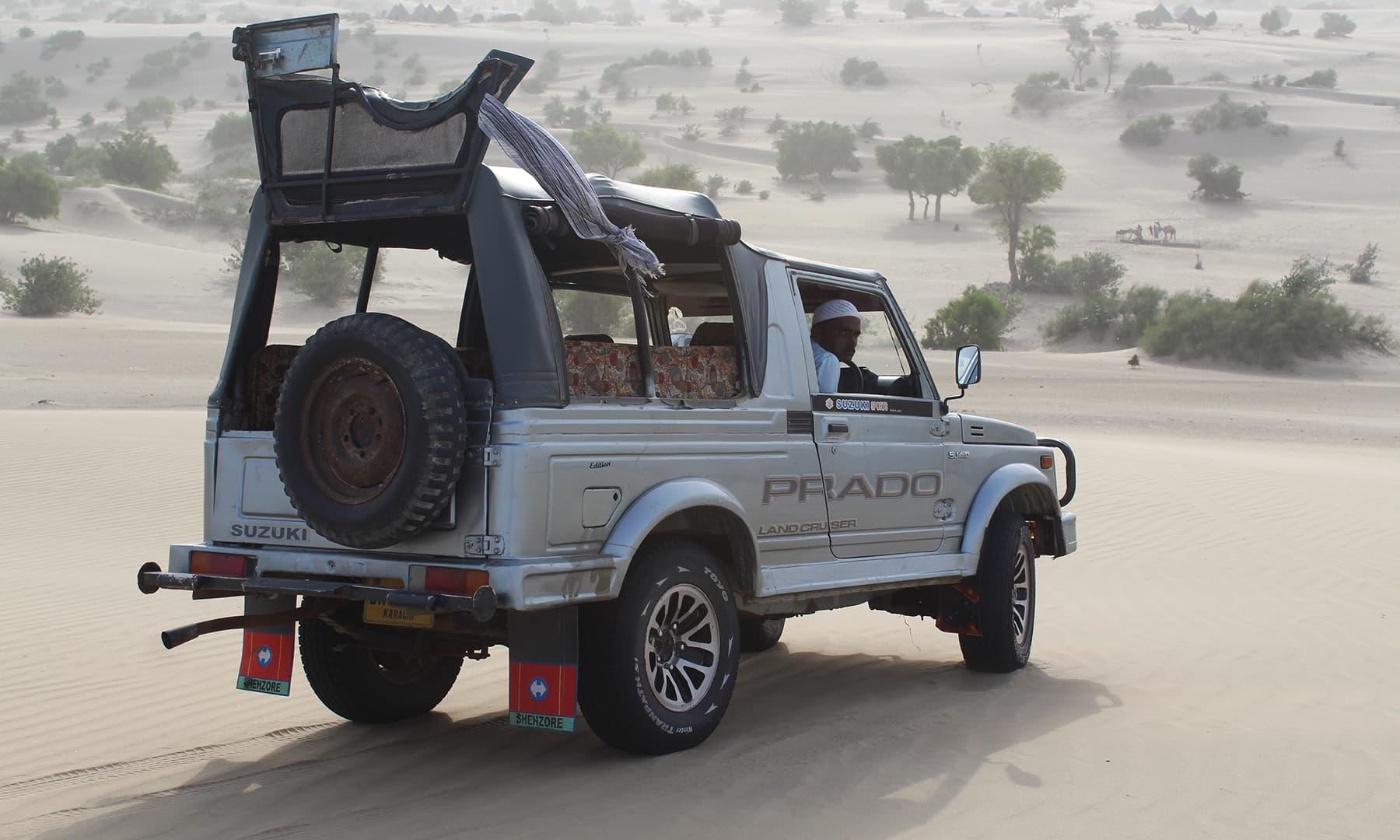 اچھڑو تھر میں ہماری سواری اور ڈرائیور عبداللہ—تصویر اختر حفیظ