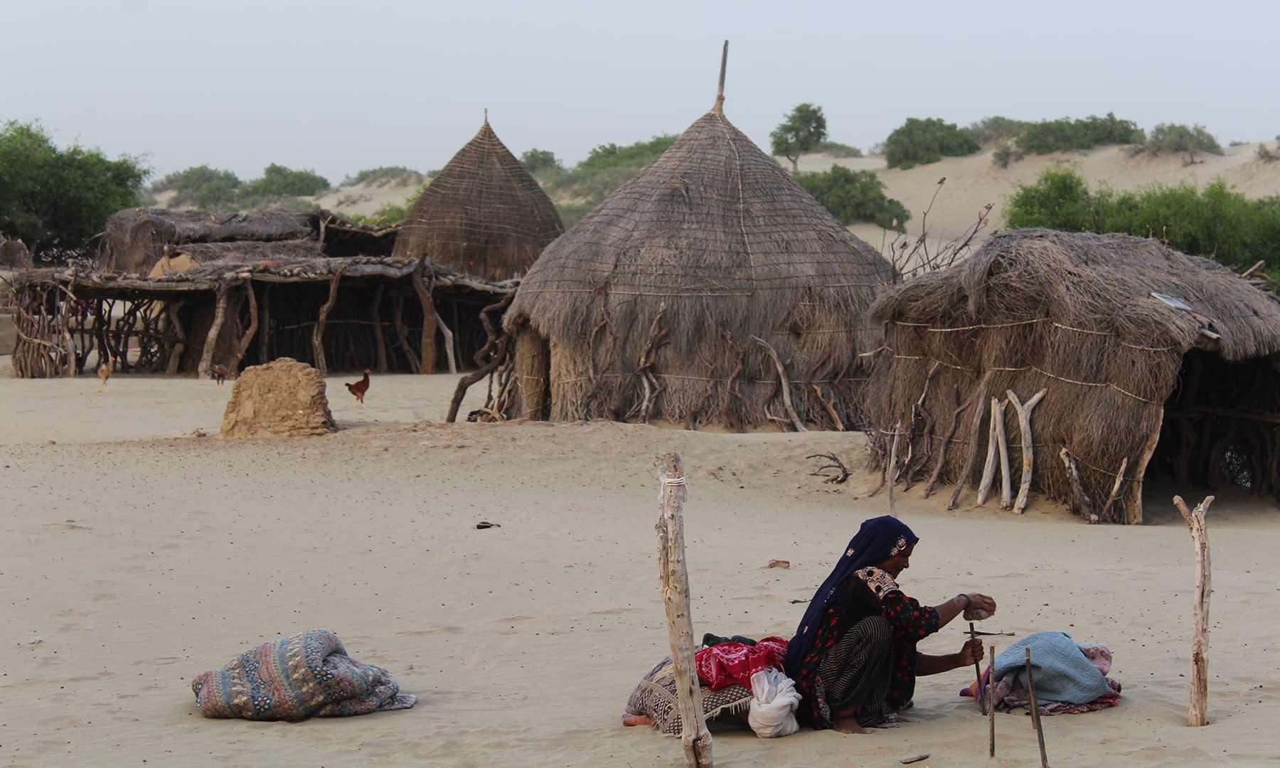 اچھڑو تھر میں واقع بھیل قبیلے کے گھر—تصویر اختر حفیظ