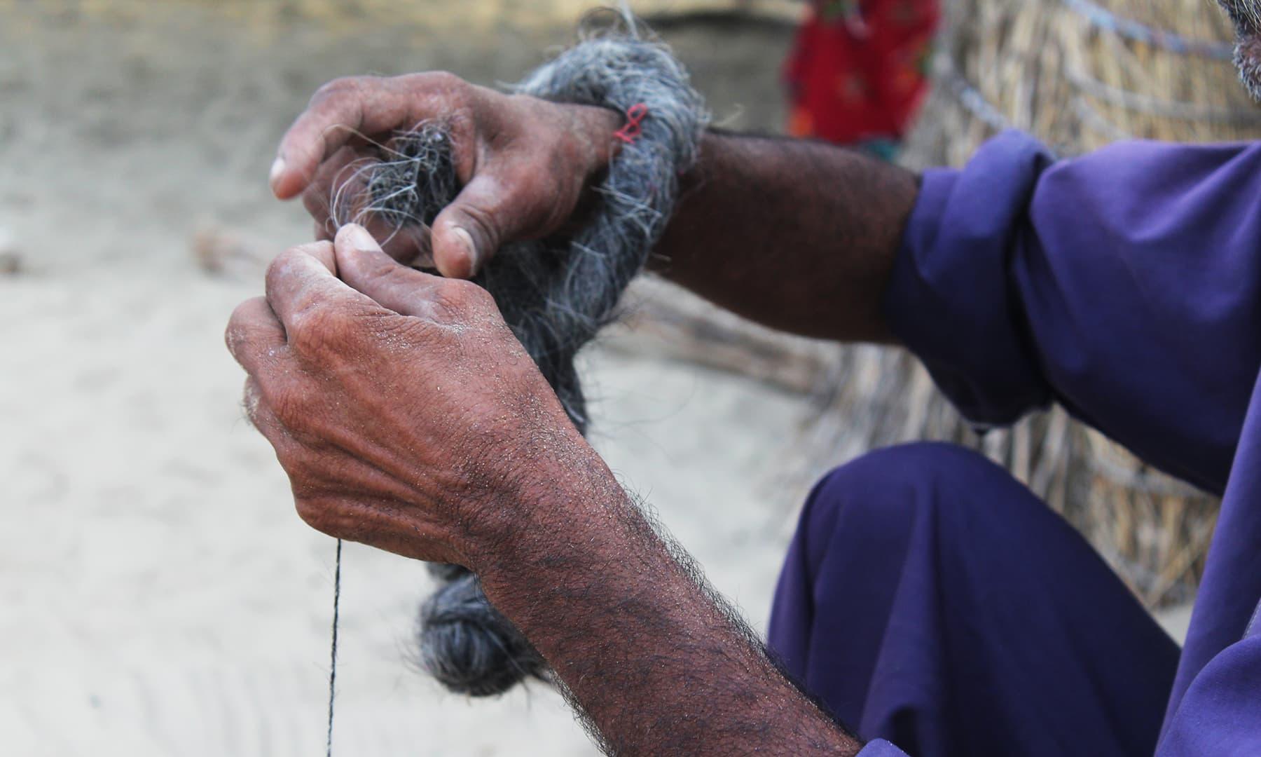 فراسی اور کھیس کے دھاگوں کو گھر پر ہی تیار کیا جاتا ہے—تصویر اختر حفیظ
