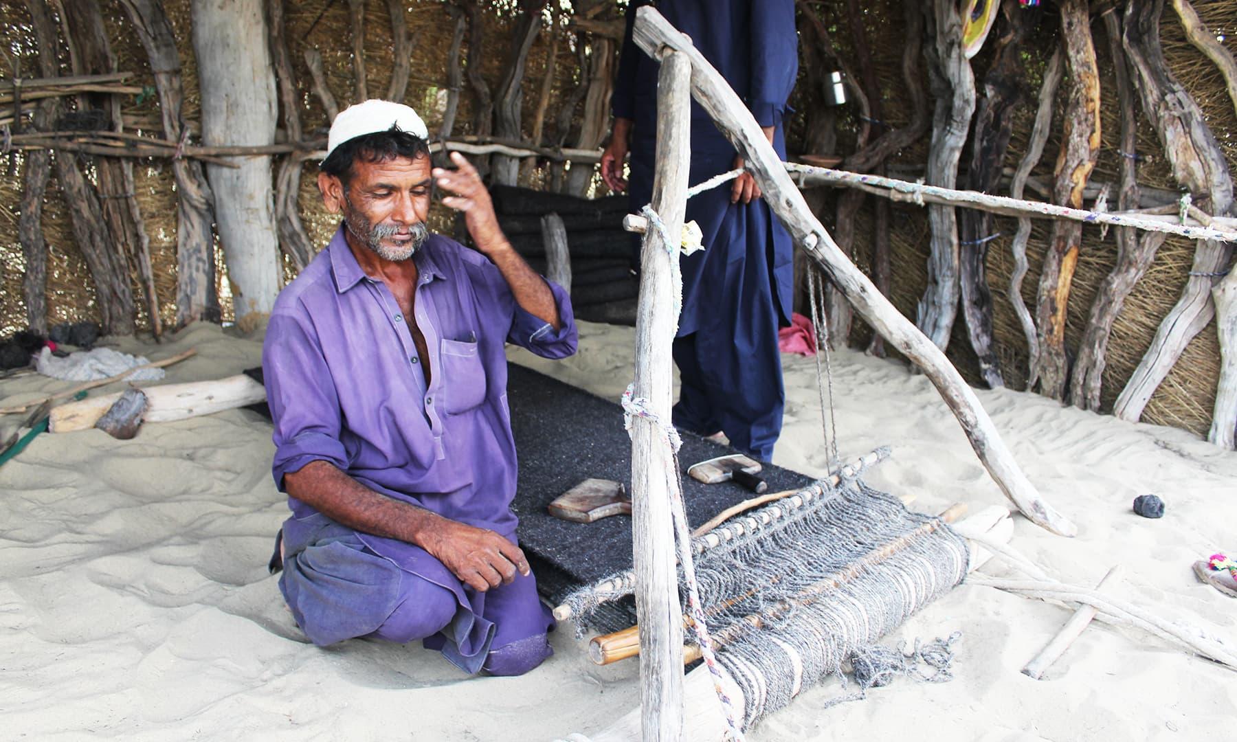 اچھڑو تھر کا یہ بھیل قبیلہ اپنے گھروں میں فراسی اور کھیس تیار کرتے ہیں—تصویر اختر حفیظ
