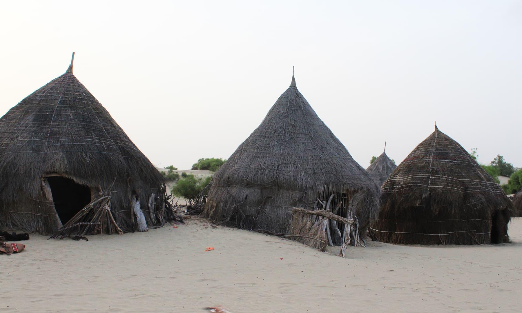 اچھڑو تھر میں بھیل قبیلے کے گھر—تصویر اختر حفیظ