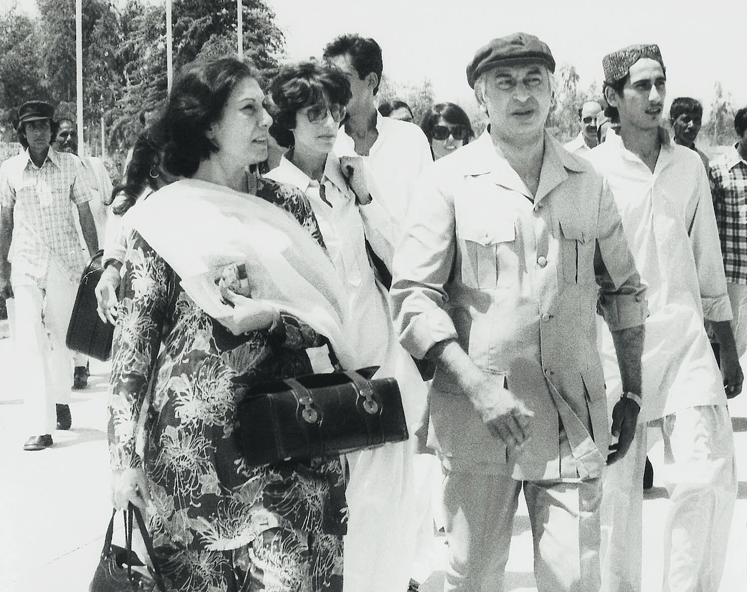 A rare photograph of the Bhutto Family in its prime. Seen from left to right are Begum Nusrat Bhutto, Benazir Bhutto, Murtaza Bhutto (looking leftwards), Zulfikar Ali Bhutto and Shahnawaz Bhutto. | Photo: Dawn / White Star Archives