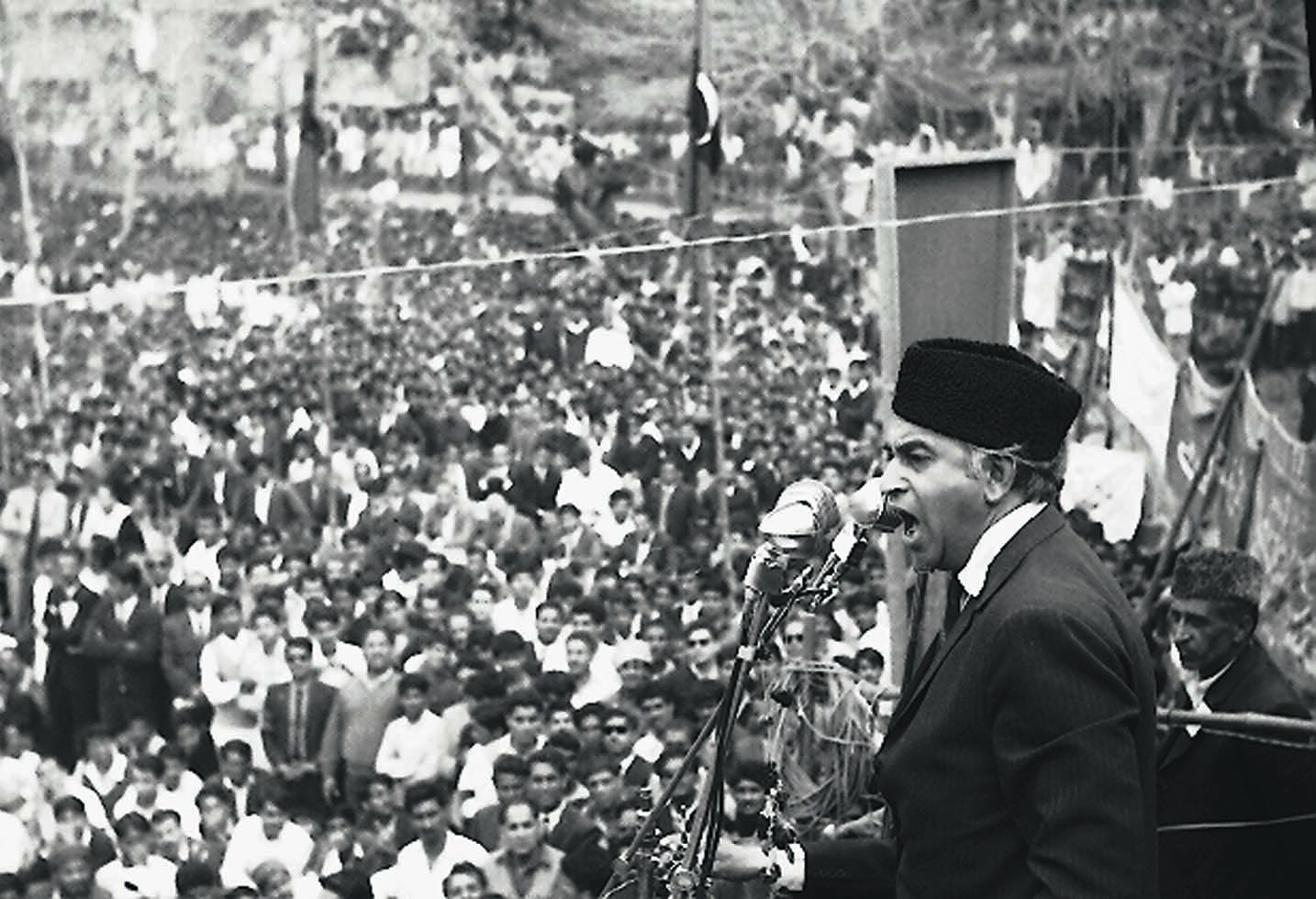 From Mao cap to the Jinnah cap, Zulfikar Ali Bhutto always knew what he was doing at his public meetings that were almost always mammoth. | Photo: Dawn / White Star Archives