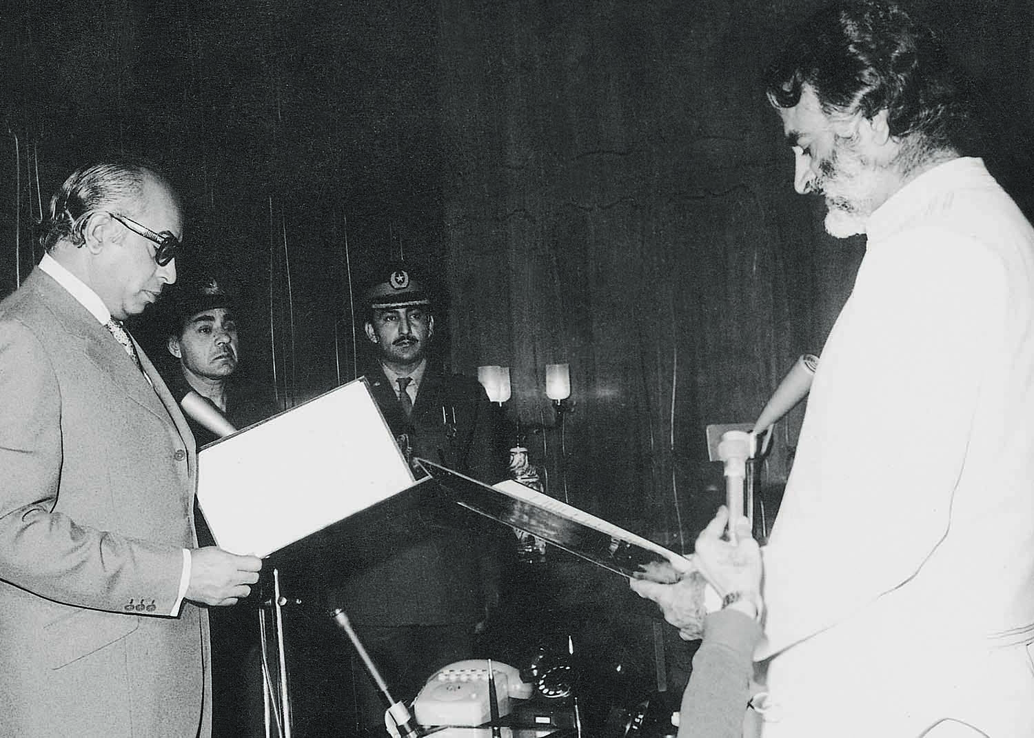 Nawab Akbar Khan Bugti (right) is sworn in as the Governor of Baluchistan by President Zulfikar Ali Bhutto (left) in February 1973. | Photo: Dawn / White Star Archives