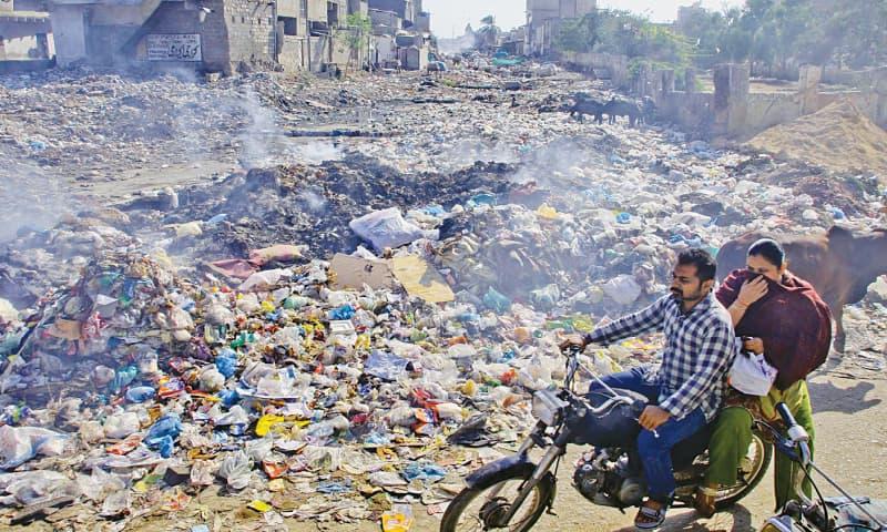 پاکستان کا شمار بہت زیادہ کچرا پیدا کرنے والے ممالک میں ہوتا ہے —فائل فوٹو: ڈان