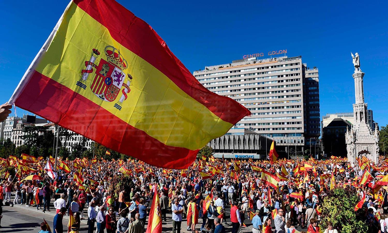 اسپین میں کیٹلونیا کی علیحدگی کے خلاف اور ملک کے اتحاد کے لیے مظاہرے کیے گئے—فوٹو: اے ایف پی