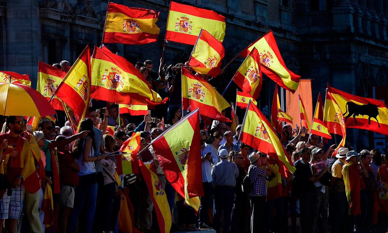 اسپین کی گلیوں اور سڑکوں میں لوگ پرچم لیے کھڑے تھے—فوٹو: اے ایف پی