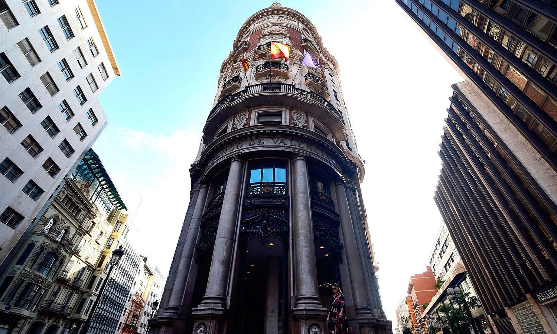 ویلینشیا میں بھی اسپین کے اتحاد کے لیے بلند عمارتوں میں پرچم لگادیےگئے تھے—فوٹو: اے ایف پی