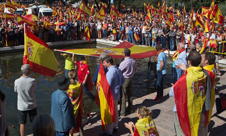 نوجوان، بچے اور بزرگ ہر عمر کے لوگ کیٹلونیا کی اسپین سے آزادی کے مخالف ہیں—فوٹو:اے پی