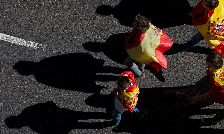 میڈرڈ کی سڑکوں میں لوگ اپنے ملک کے پرچموں کے ساتھ گشت کررہے تھے—فوٹو: اے پی
