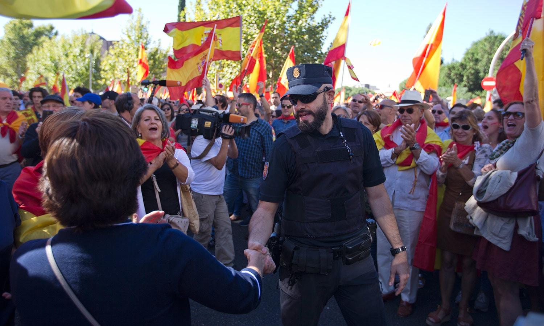 مظاہرین نے پولیس کے ساتھ مصافحہ کیا اور انھیں داد دی—فوٹو: اے پی