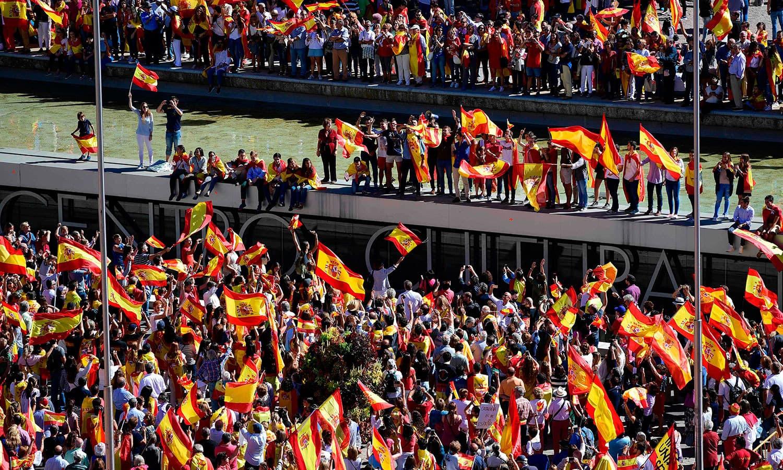 ہسپانوی قوم کے دفاع کے لیے ڈینیاس نامی تنظیم کے تحت میڈرڈ میں ہزاروں افراد نے مظاہرہ کیا—فوٹو: اے ایف پی