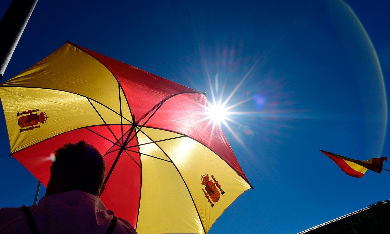 کئی افراد نے چھتریوں کو بھی ہسپانوی پرچم کی مناسبت سے سجایا ہوا تھا—فوٹو:اے ایف پی