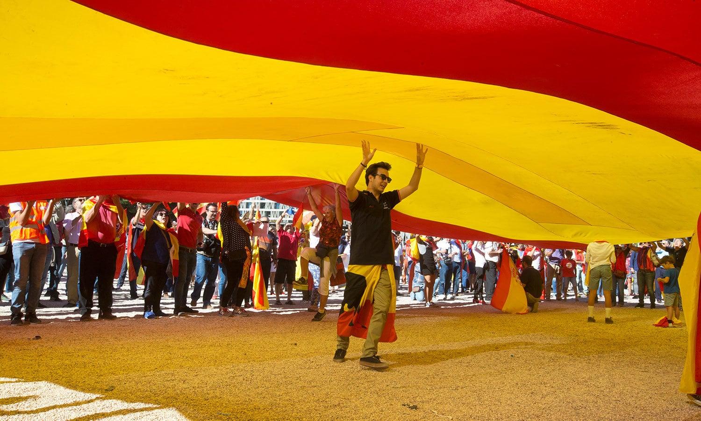 نوجوانوں نے میڈرڈ میں ہسپانوی پرچم اٹھائے احتجاج کیا—فوٹو: اے پی