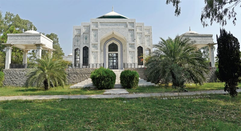 The mausoleum stands in the Dhamiak village, 13km from G.T. Road.