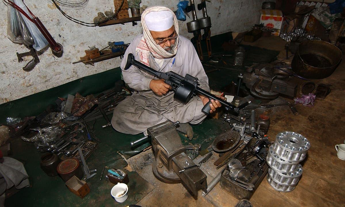 کوہاٹ کے ایک قصبے درہ آدم خیل میں ایک بندوق ساز — فوٹو عبدالمجید گورایہ/وائٹ اسٹار
