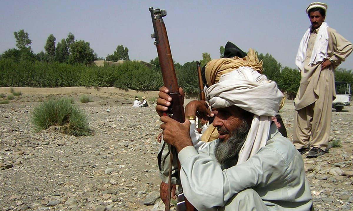 جنوبی وزیرستان میں ایک قبائلی شخص — فوٹو عبدالمجید گورایہ/وائٹ اسٹار