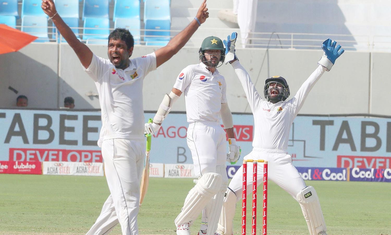 دلرووان پریرا پاکستانی بلے باز محمد عامر کے خلاف کامیاب اپیل کر رہے ہیں— فوٹو: اے ایف پی