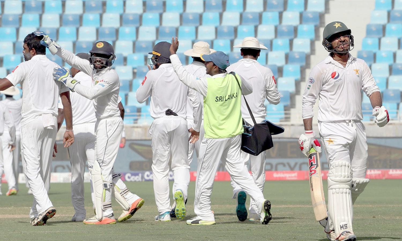 قومی ٹیم کے کپتان سرفراز احمد آؤٹ ہونے پر مایوس نظر آ رہے ہیں— فوٹو: اے ایف پی