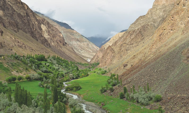 Lush green valley floor and fast flowing streams / Photos by the writer