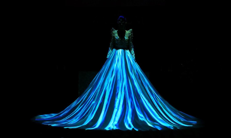 میشا شفی اس پارٹی میں ایل ای ڈی لائٹ کے لباس میں پرفارم کرتی نظر آئیں —۔