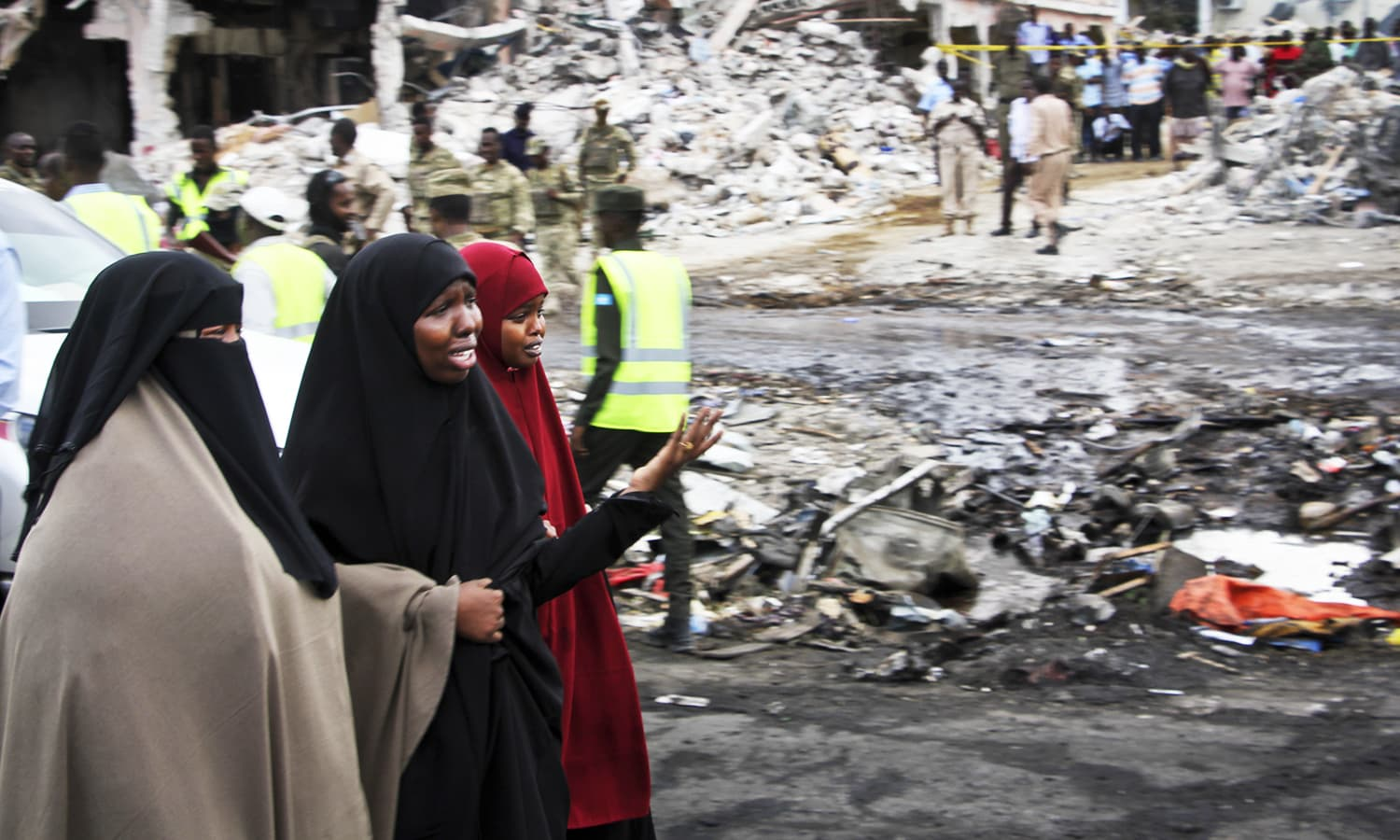 Somali women react at the scene of Saturday's blast, in Mogadishu─AP
