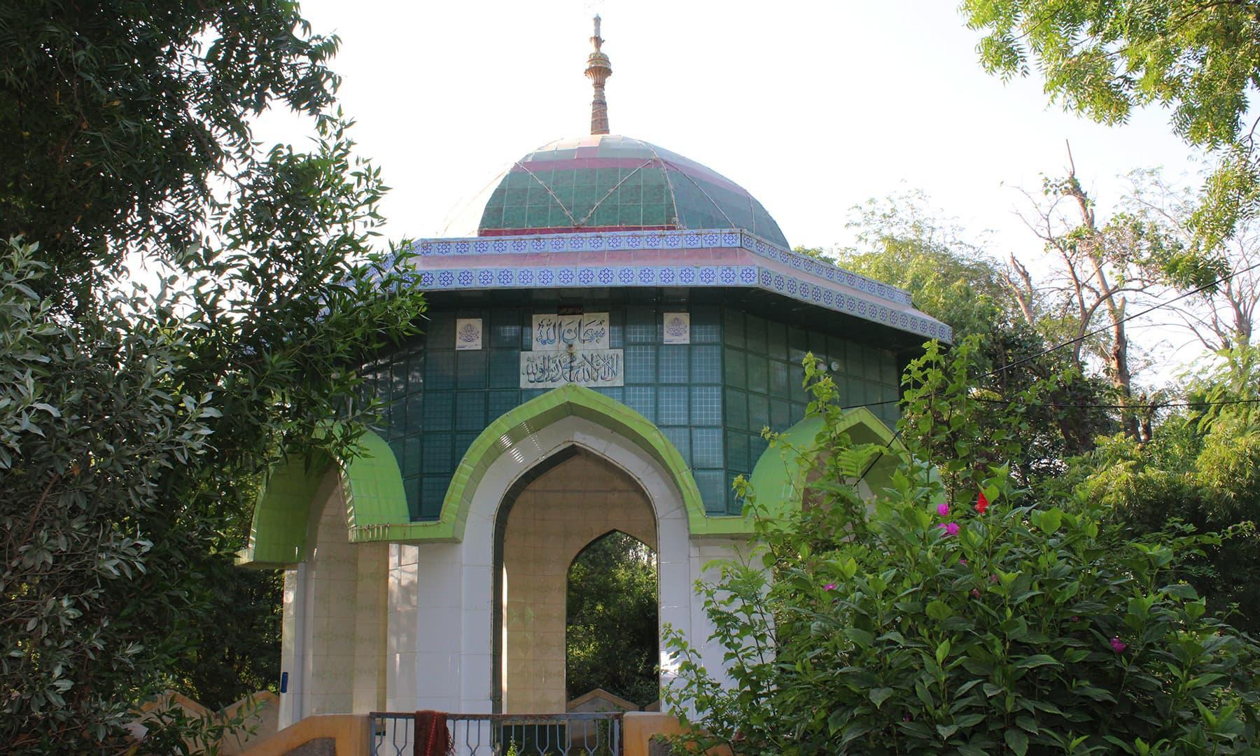 مہمان خانے کے احاطے میں موجود  شاعر صابر علی سچار کی مزار—تصویر اختر حفیظ