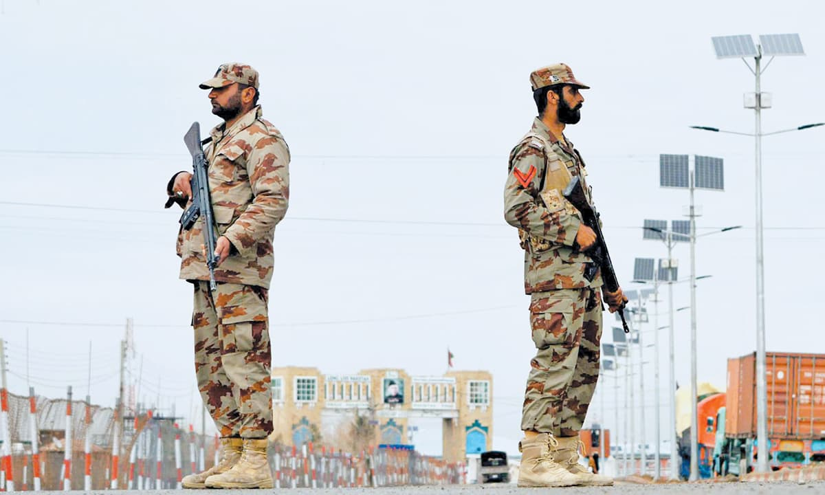 Paramilitary soldeirs on the Pakistani side of Bab-e-Dosti near Chaman  | INP