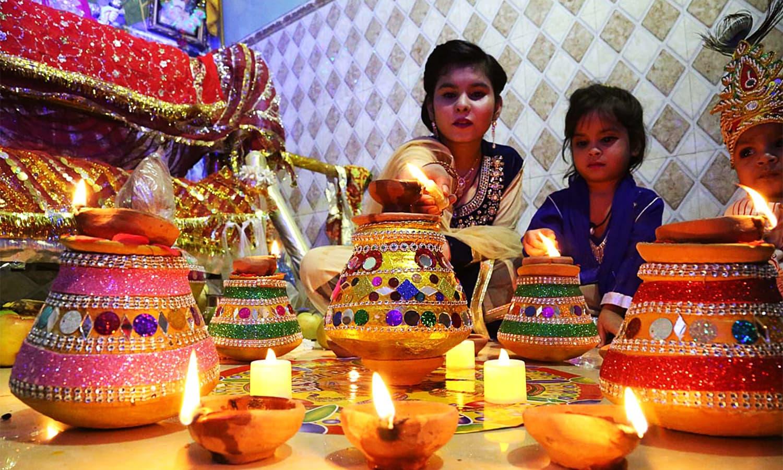 Women belonging to the Hindu community in Hyderabad perform religious rituals during the Dewali Festival at Durgah Shiva Mandir. ─ APP