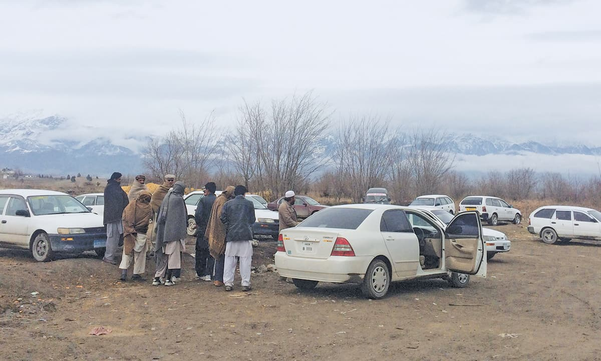 Taxi drivers at Kharlachi border crossing | Ghulam Dastageer