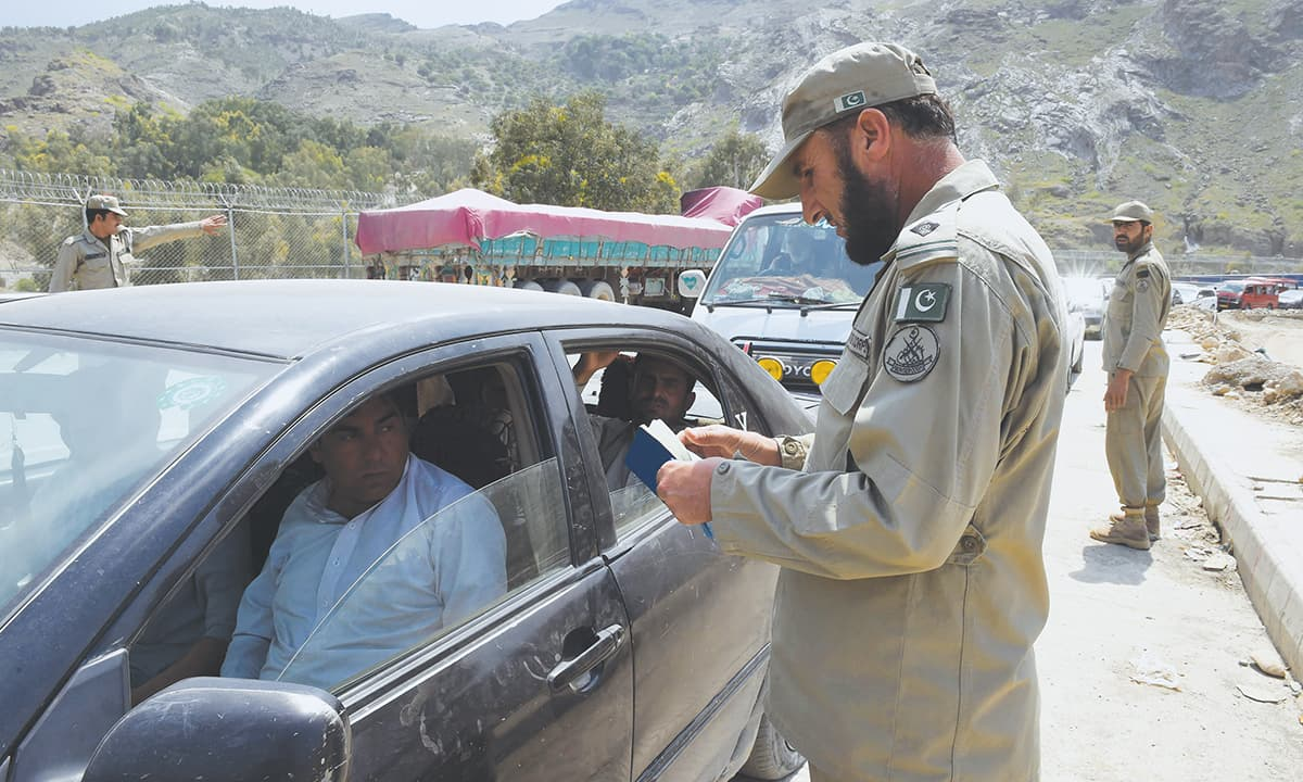 Vehicles at Torkham go through a security check | Abdul Majeed Goraya, White Star