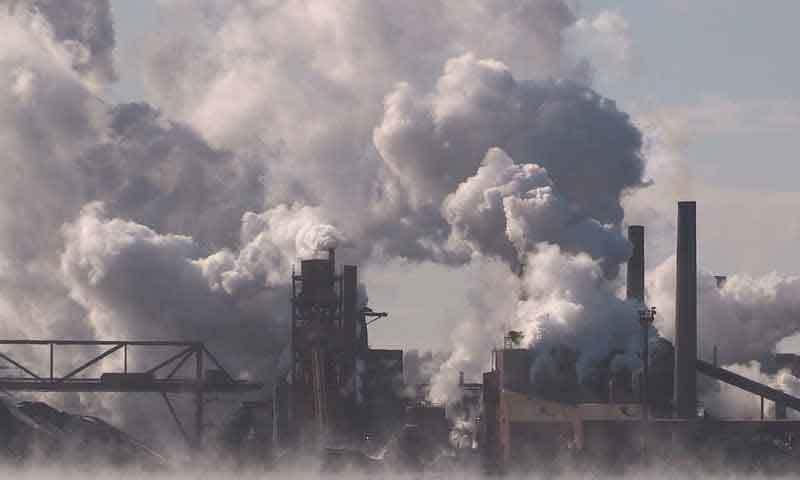 سب سے زیادہ ہلاکتیں فضائی آلودگی کے باعث ہوتی ہیں، رپورٹ—فوٹو: شٹر اسٹاک
