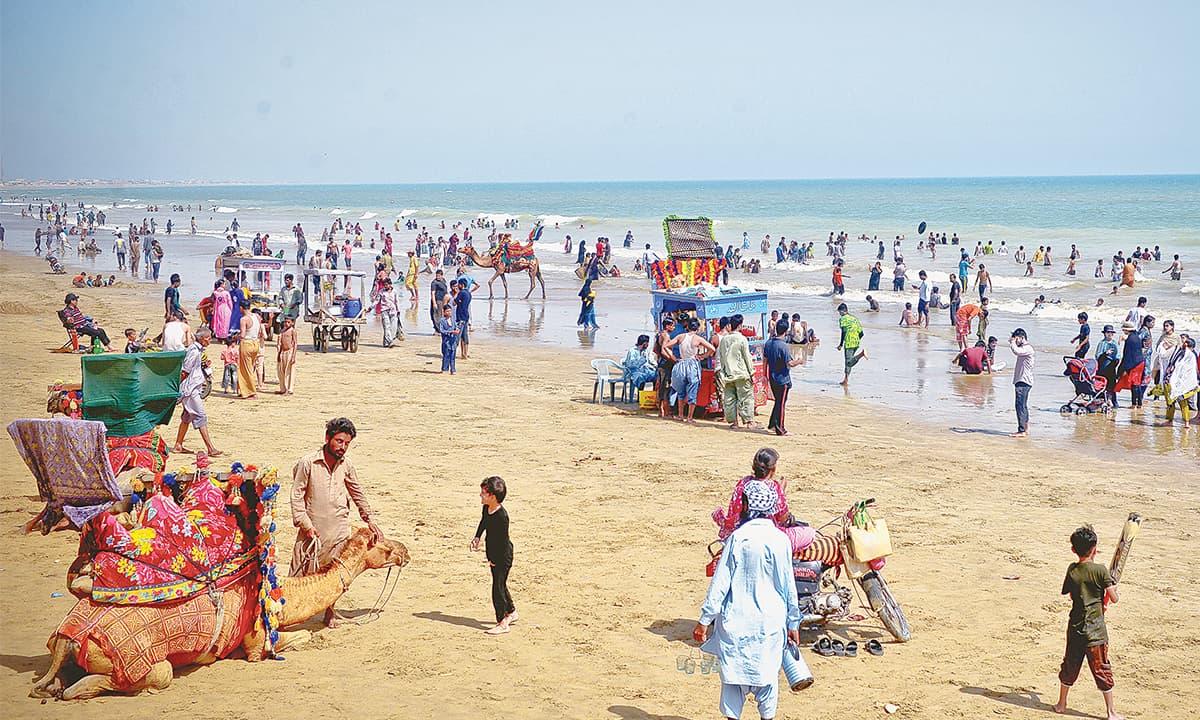 Visitors throng  Hawke's Bay beach in Karachi | Fahim Siddiqui, White Star