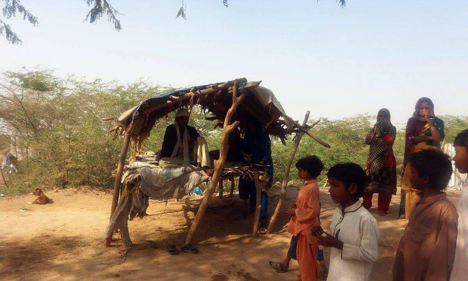 اس گاؤں کے باسیوں میں زہریلے گٹکا کھانے کی عادت ہے، جو مرد عورتوں اور بچوں میں یکساں طور پر پھیل رہی ہے۔