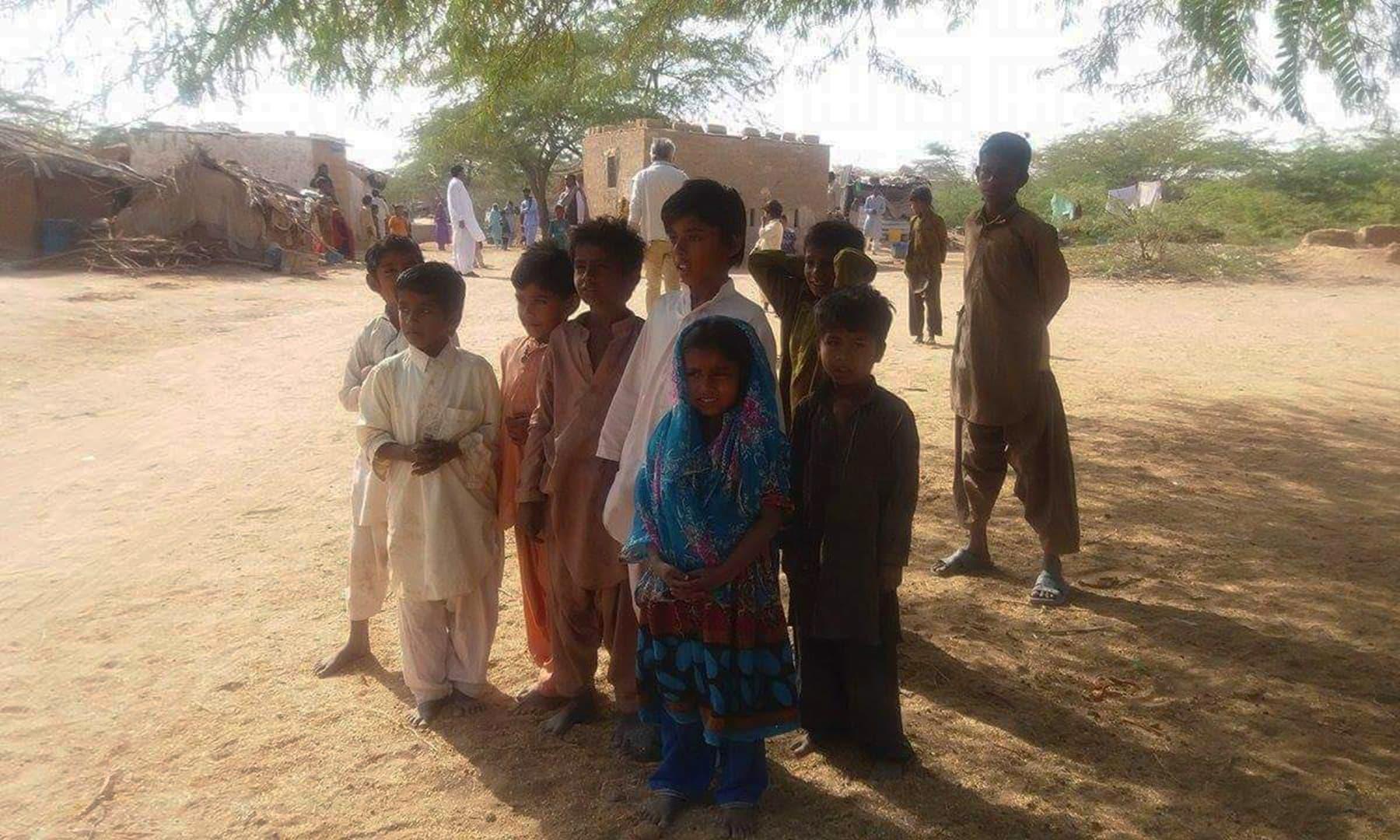گاؤں کے بچے، جن کے چہرے غربت کی تصویر بنے ہوئے تھے—تصویر شبینہ فراز