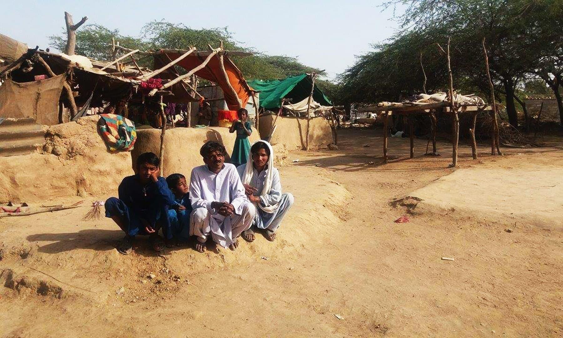 گاؤں والے بجلی سمیت ہر قسم کی بنیادی سہولیات سے محروم ہیں—تصویر شبینہ فراز