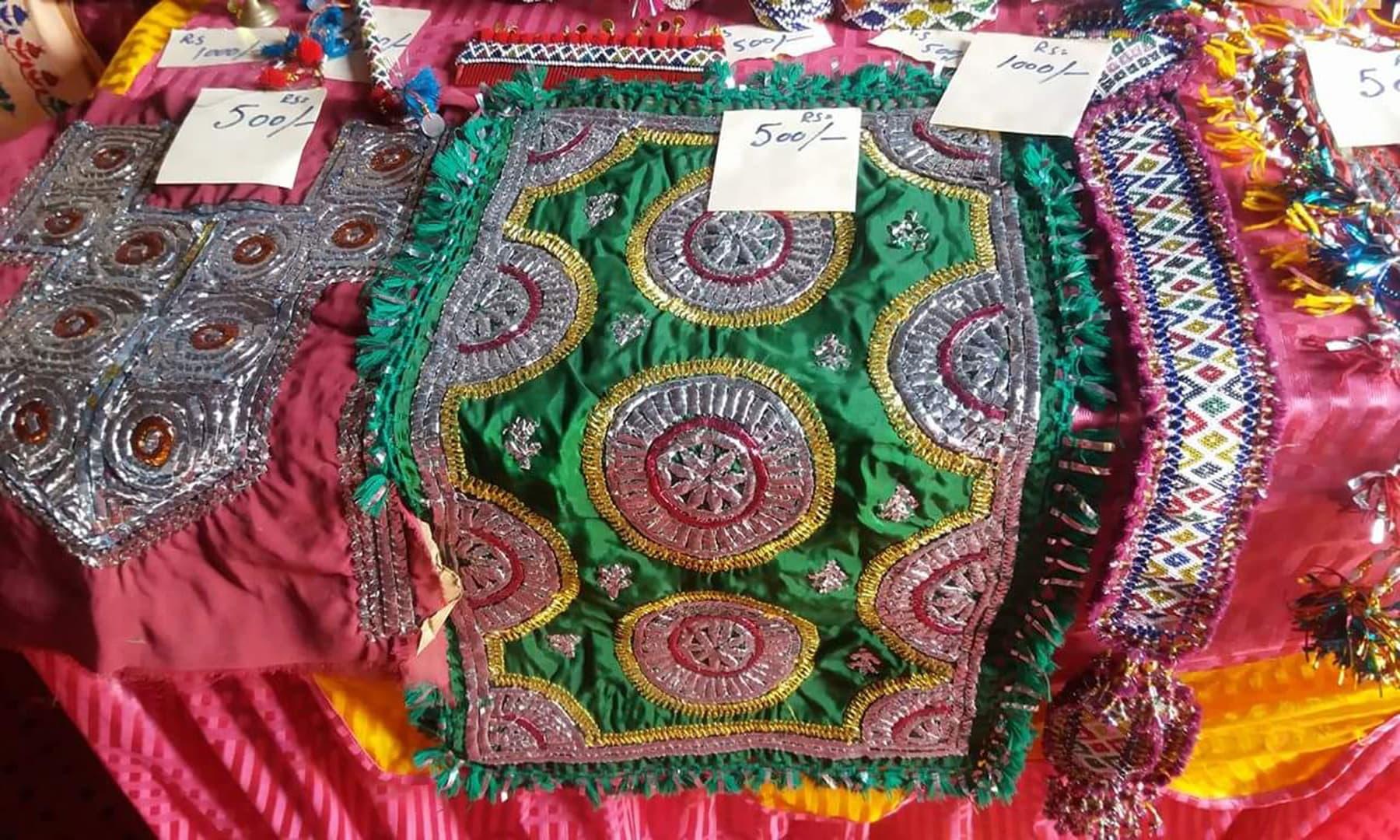 مقامی خواتین کی تیار کردہ چادریں —تصویر شبینہ فراز