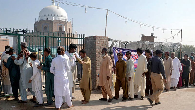 MULTAN: Devotees queue up outside the shrine of Bahauddin Zakariya to attend Urs celebrations. — Online