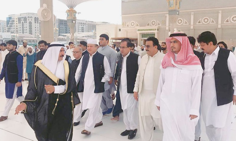 MADINA: Ousted prime minister Nawaz Sharif arrives at Roza-i-Rasool (Peace be upon him) to pay his respects and offer Nawafil on Thursday.—Online