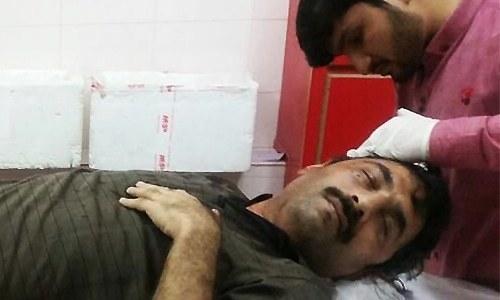 دی نیوز کے صحانی احمد نورانی کو ہسپتال میں طبی امداد دی جارہی ہیں — فوٹو: ڈان نیوز