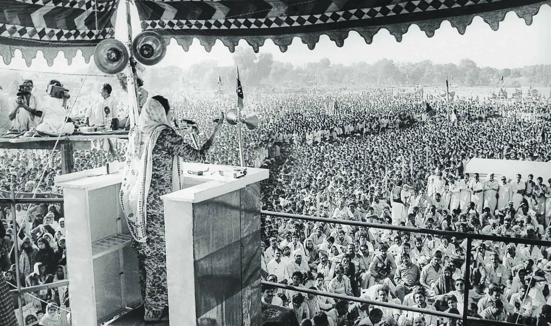 After the 1985 elections, Benazir Bhutto returned to Pakistan in April 1986 to a heart-warming reception in Lahore and subsequently in Karachi and T elsewhere. She is seen here addressing a mammoth rally in Lahore. In just about two years, she was going to be heading the government in Islamabad. | Photo: Dawn / White Star Archives
